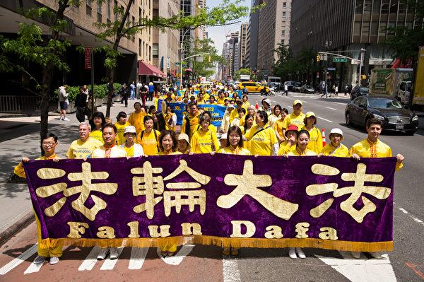 5月14日,八千名來自全球的各地的法輪功學員參加了在紐約市舉行的慶祝法輪大法日、呼籲停止迫害等主題系列活動,其中的部分法輪功學員在位於美國紐約市的聯合國總部外舉行了「解體中共、結束迫害」的大型集會遊行,慶祝法輪大法洪傳二十二周年,並敦促聯合國制止中共鎮壓法輪功。(戴兵/大紀元)