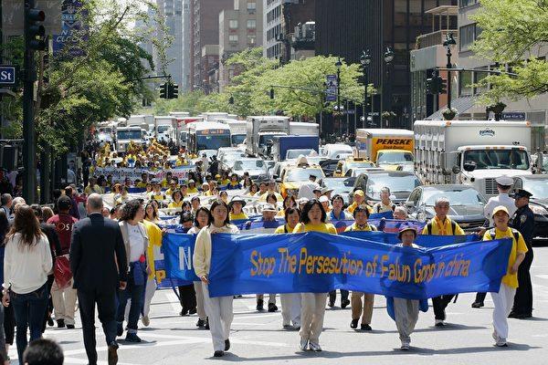 5月14日,八千名來自全球的各地的法輪功學員參加了在紐約市舉行的慶祝法輪大法日、呼籲停止迫害等主題系列活動,其中的部分法輪功學員在位於美國紐約市的聯合國總部外舉行了「解體中共、結束迫害」的大型集會遊行,慶祝法輪大法洪傳二十二周年,並敦促聯合國制止中共鎮壓法輪功。(潘在殊/大紀元)
