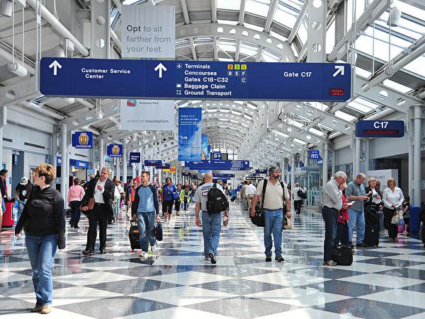 圖為芝加哥奧黑爾機場旅客。(KAREN BLEIER/AFP)