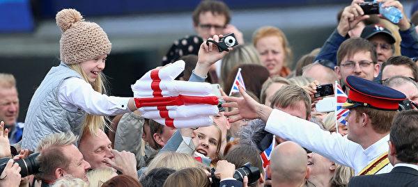 5月16日,英國哈里王子訪問愛沙尼亞,期間在首都塔林的自由廣場與民眾見面。(Chris Jackson/Getty Images)