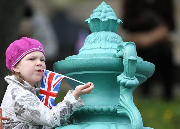 5月16日,英國哈里王子來訪,愛沙尼亞民眾熱情歡迎。(Chris Jackson/Getty Images)