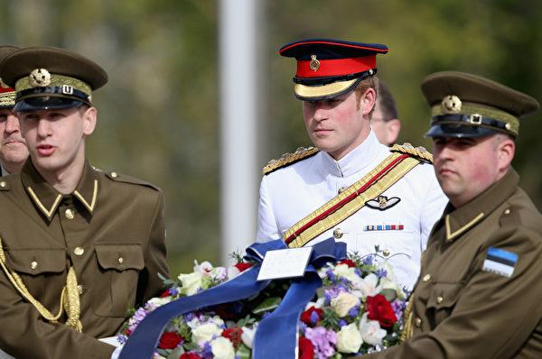 5月16日,英國哈里王子訪問愛沙尼亞,期間他來到首都塔林的自由廣場,在紀念碑前敬獻花圈。(Chris Jackson/Getty Images)
