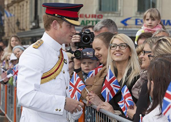 5月16日,英國哈里王子訪問愛沙尼亞,期間在首都塔林的自由廣場與民眾見面。(Nick Obank - Pool/Getty Images)