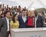 2014年5月16日,(左起)基特‧哈靈頓、艾美莉佳‧法瑞拉、傑‧巴魯契、凱特‧布蘭琪、吉蒙‧翰蘇出席《馴龍高手2》坎城影展拍照會。(福斯提供)
