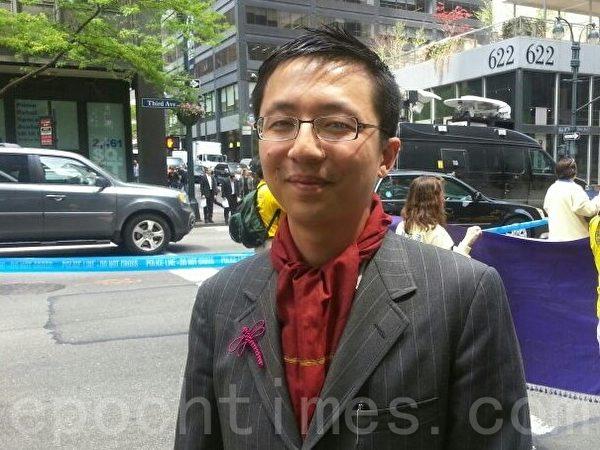 從事電腦科技的趙先生表示,每年新年都會在紐約法拉盛觀看法輪功遊行,這次慶祝世界法輪大法日遊行更加盛大,他覺得三退大潮的意義很重要。(大紀元)