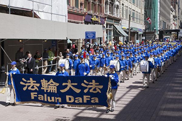 5月7日,來自加拿大東部城市的四百餘名法輪功修煉者匯聚加拿大首都國會山前,慶祝法輪大法洪傳世界22週年。圖為天國樂團在Spark街遊行。(艾文/大紀元)