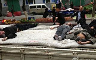 5月22日早上接近8点的时候,新疆乌鲁木齐市沙依巴克区公园北街一早市的民众,被2辆无牌汽车故意冲撞及投掷炸弹,造成大量死伤。有民众向《大纪元》披露,死者至少有四五十人,警察都用平板车运送尸体。(网络图片)