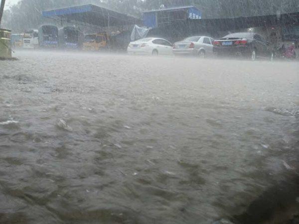 广东汕尾市海丰县自5月16日开始,大暴雨不断,6天内连发4次暴雨红色预警。18日和22日的大暴雨导致水淹全城,洪水迅速上涨,局部地方积水深达1.2米, 最深处可达1.8米,很多居民房屋被淹。图为5月18日海丰县城暴雨情景。(图片由海丰县民众提供)