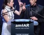 2014年5月22日,美国艾滋病研究基金(amfAR)电影对抗艾滋病慈善活动中,法国影后玛丽昂•歌迪亚和影帝阿德里安•布罗迪主持拍卖。(ALBERTO PIZZOLI/AFP/Getty Images)