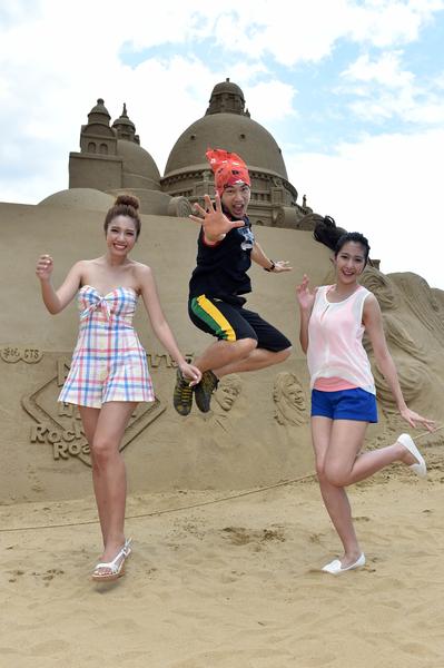 李政穎(中)、雷瑟琳(左)、楊晴3人一步上海水浴場。(華視提供)