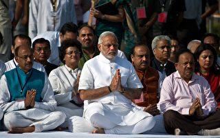 印度新总理莫迪(中)26日宣誓就职。(Prakash SINGH/AFP)