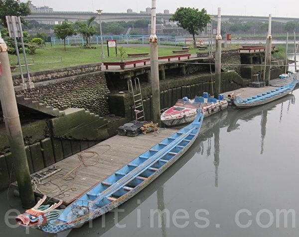 台北市三脚渡拥有的两艘手工木造龙舟。(钟元/大纪元)