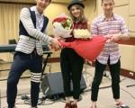 電台準備玫瑰、巧克力禮物,讓(左起)炎亞綸、郭靜、王大文三人試演偶像劇情節。(台北之音提供)