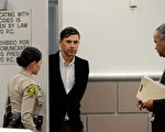2014年5月30日,記者維塔利•賽都克(中)與律師在東洛杉磯法院。(Kevork Djansezian-Pool/Getty Images)