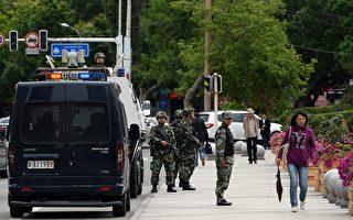 5月30日,中共黨媒報導,中共政法委書記孟建柱在30日召開的「反恐」會議上,提出「要創新情報工作體制機制」,這等於公開承認中共情報系統已經失靈。圖為,烏魯木齊爆炸後街上全副武裝的軍警。(GOH CHAI HIN/AFP/Getty Images)