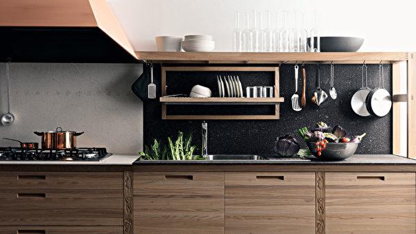 自然怀旧的SineTempore厨房,配有手工雕刻图案。(图/Valcucine提供)