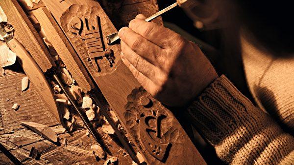 技师在手工雕刻。(图/Valcucine提供)