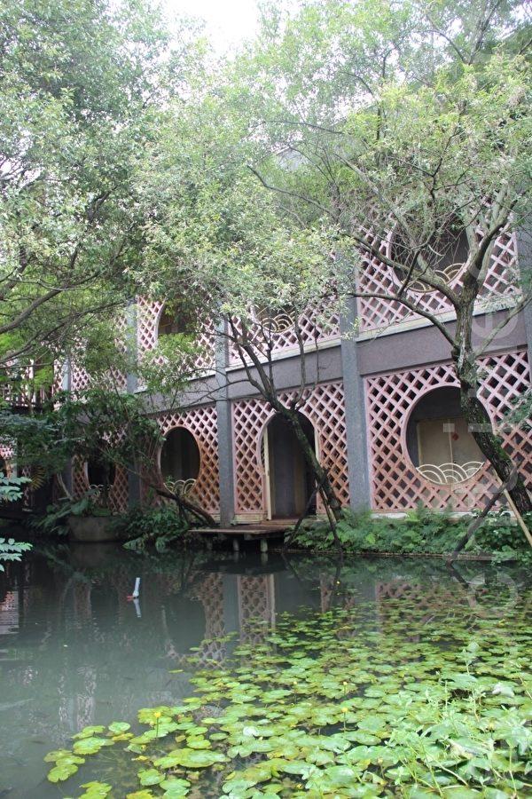 一樓的水池庭園。(謝月琴/大紀元)