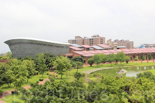 宜蘭縣議會大樓位在縣政大樓北面前方,外形如一艘破浪前進的大船,船首航向太平洋。(謝月琴/大紀元)