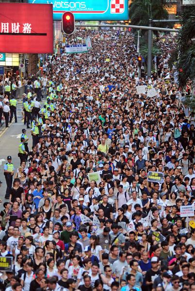 2012年七一大遊行的主題為「踢走黨官商勾結,捍衛自由爭民主」。圖為2012年7月1日,香港,參加遊行的隊伍。(RICHARD A. BROOKS/AFP PHOTO)