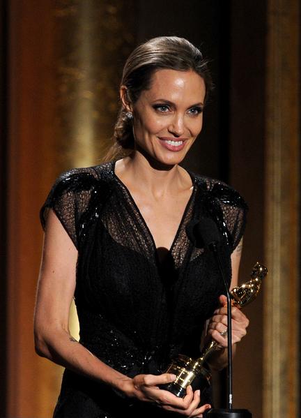 2013年11月,安吉丽娜•朱莉被美国电影艺术与科学学院2013理事会授予人道主义奖。(Kevin Winter/Getty Images)