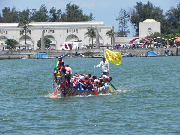 在2014年嘉義縣第31屆龍舟競賽中,地主隊「東石鄉公所隊」奪標的鏡頭。(蔡上海/大紀元)