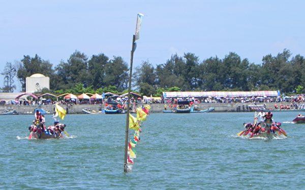 2014年嘉義縣第31屆龍舟競賽競爭激烈的場景,左側水道為地主隊「東石鄉公所隊」。(蔡上海/大紀元)