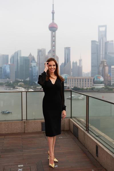 2014年6月3日,迪士尼真人影片《沉睡魔咒》在上海举办发布会,主演安吉丽娜•朱莉以一款黑色裙装优美亮相外滩。(CHINA OUT / AFP PHOTO)