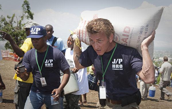 2010年4月,西恩•潘(右)在海地地震灾区。(Lee Celano/Getty Images)