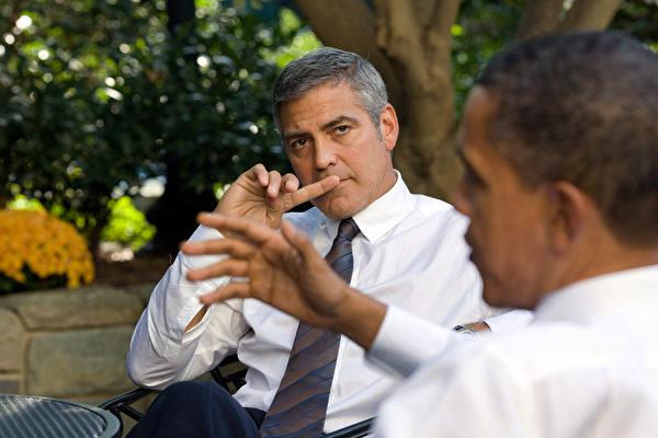 2010年乔治•克鲁尼在白宫与美国总统奥巴马谈论苏丹形势。(Pete Souza/The White House via Getty Images)