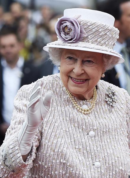 英國女王在巴黎市政府前向眾人揮手致意。(ERIC FEFERBERG/AFP)