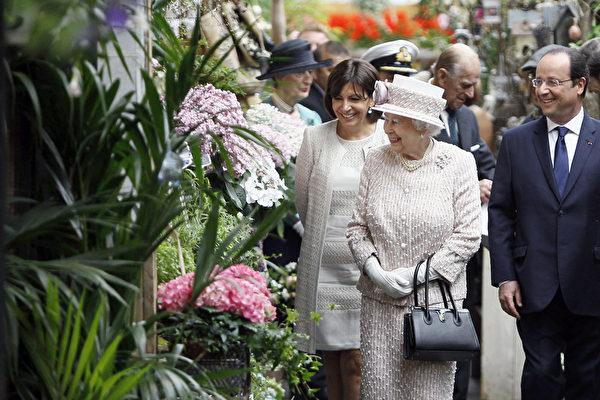 英國女王在法國總統奧朗德和巴黎市長伊達爾戈的陪同下走訪了數家花店。(FRANCOIS MORI/AFP)