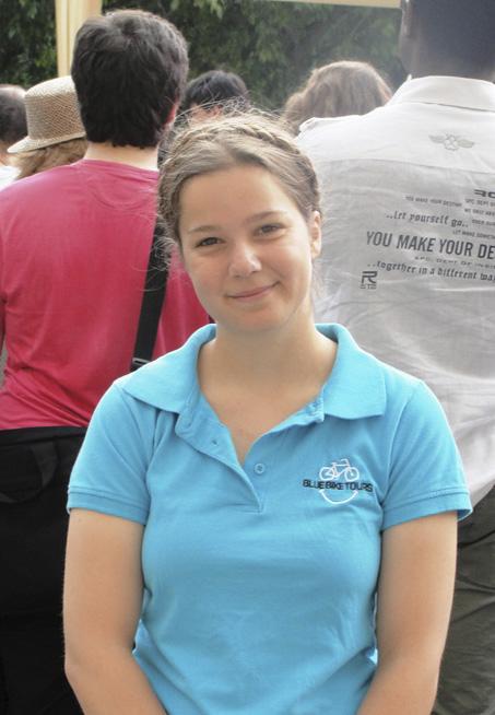法國大學生sonia表示喜歡女王優雅、親和的氣質和流利的法語。(鄧蘊詞/大紀元)