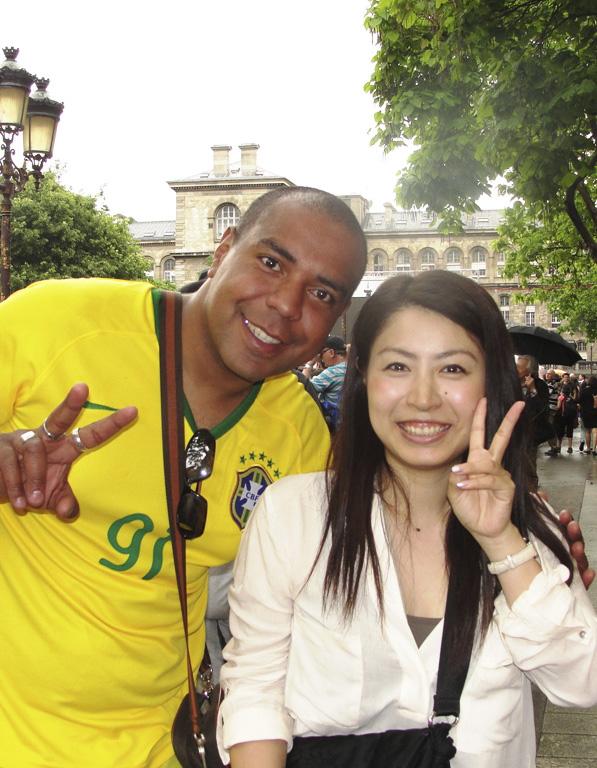 來自日本的遊客(右)在遊覽巴黎時無意中得知女王駕到,非常開心。(鄧蘊詞/大紀元)