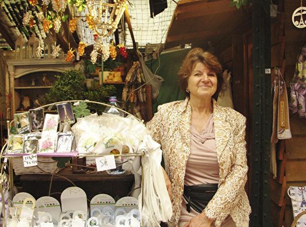 花市裡一家花店老闆martine Maraud女士感慨女王至今仍然很奔波,希望女王多休息。(慈蕊/大紀元)