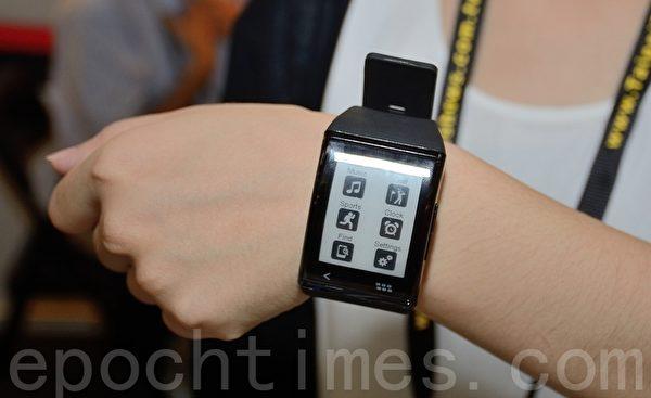 智慧手表采用电子纸技术,在强光下依然清晰可见。(方惠萱/大纪元)