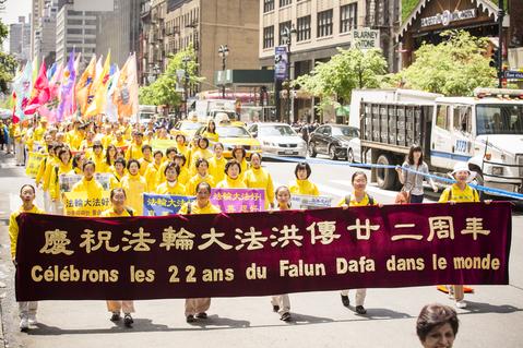 圖為2014年5月14日,來自世界50多個國家的近4,000名法輪功學員,在紐約曼哈頓中城舉行慶祝「世界法輪大法日」的大型遊行慶典活動,紀念法輪大法傳世22週年。(愛德華/大紀元)