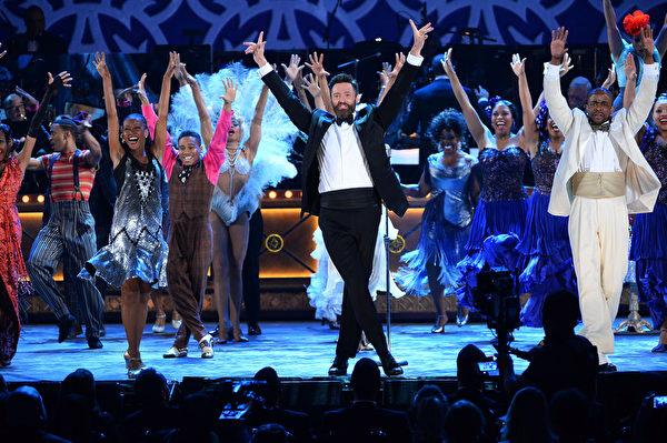 休•杰克曼与入围最佳音乐剧的《午夜之后》演员在表演。(Theo Wargo/Getty Images for Tony Awards Productions)