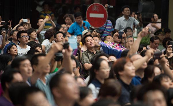 北京某考点外,聚满了等候考生的家长。(AFP)
