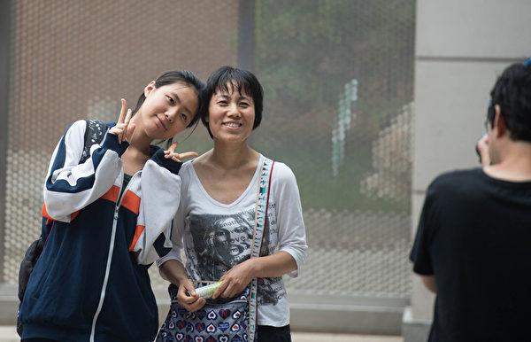 北京女生高考结束后,和亲人合影留念。(AFP)