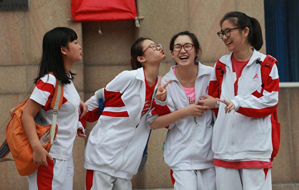 高考结束,北京的女生们满脸挂着笑容。(AFP)