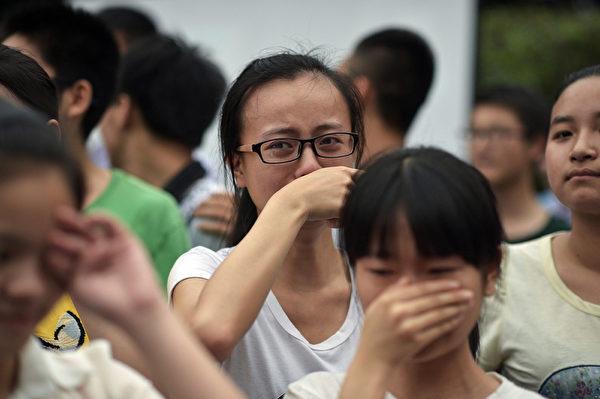 高考结束,重庆某校学生流下热泪。(AFP)