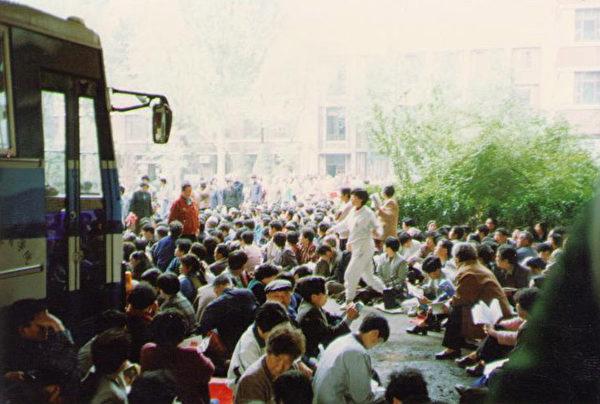 1999年4月11日,科痞何祚庥再次诬陷法轮功。为了澄清事实,消除该文的恶劣影响。4月18日至24日,天津数千名法轮功学员前往教育学院及其它相关机构反映实情。(网络图片)