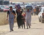 在伊拉克阿贝尔省检查站前,2014年6月10日挤满了数千名逃避摩苏尔战乱的市民。(Emrah Yorulmaz/Anadolu Agency/Getty Images)