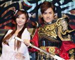 豆花妹(左)、吳克羣於年6月11日在台北代言遊戲上市活動。(黃宗茂/大紀元)