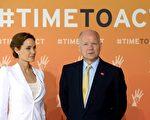 2014年6月10日,安吉丽娜•朱莉与英外交大臣黑格在峰会开幕式前的拍照会上。(CARL COURT/AFP/Getty Images)