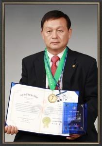 韩国 Biobean(株)的代表金太润展示證書。(大紀元圖片)
