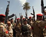 2014年6月13日,叛军ISIL已进逼到首都巴格达北方60公里处,伊拉克军人在征召自愿军中心外,高呼驱逐ISIL口号。(AHMAD AL-RUBAYE/AFP/Getty Images)
