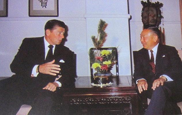 1971年10月時任國防部長的蔣經國(右)會見美國加州州長列根(左),晤談甚歡,列根當時以尼克森總統特使身份來台參加雙十國慶。(鍾元翻攝/大紀元)
