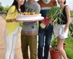 林心如(左起)、鄒承恩、許瑋甯(右),為謝佳見(中)慶生。(聯意製作提供)